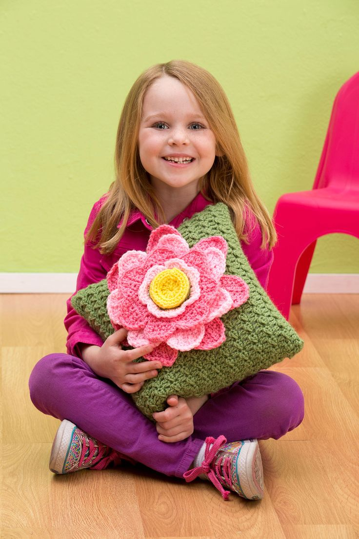 Presentamos este cojín en colores que son perfectos para el cuarto de una pequeña niña. Pero si deseas decorar alguna otra habitación de tu hogar, puedes elegir entre la gran variedad de colores que...