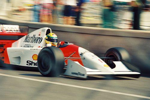 "Senna durante os treinos para a corrida do  GP de Mônaco,1992.  - ""Senna charging alongside the Swimming Pool at Monaco during practice for the 1992 race there.""  -Fonte: The last 96 hours of Ayrton Senna. http://8w.forix.com/senna1994.html -  http://ayrtonsennavive.blogspot.com.br/2011/11/porque-familia-senna-nao-gostavam-de.html"