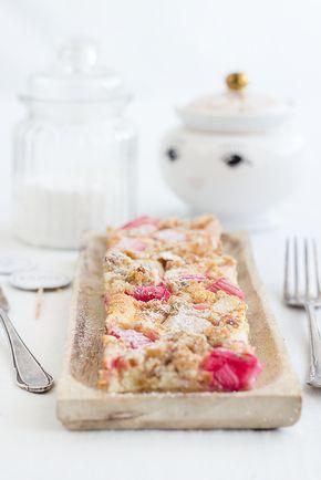 Rhubarb Cheese Cake with Almond Streusel // Rhabarber-Käsekuchen mit Mandelstreuseln