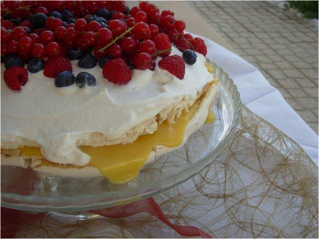 Pavlova com lemon curd e frutos vermelhos