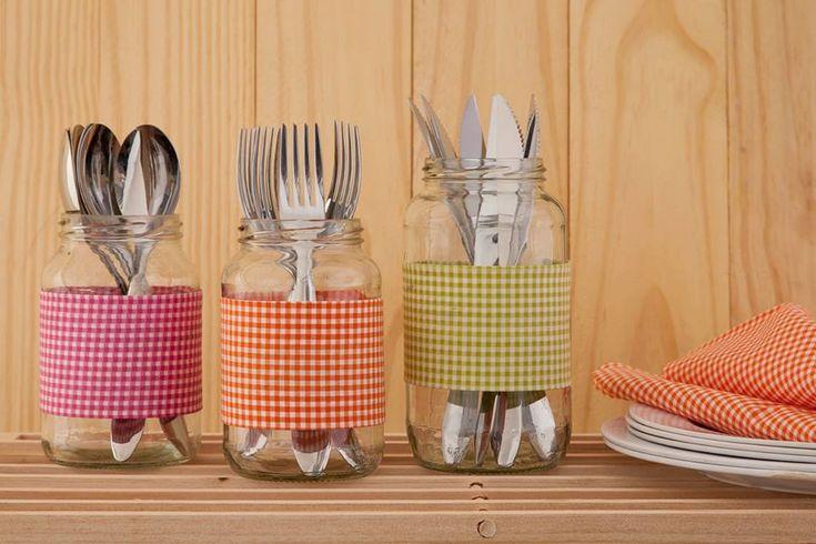 Vidros usados e tecido. Uma ótima maneira de organizar os talheres.