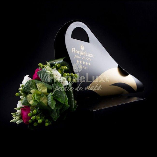 Alege astazi noul nostru buchet cu flori de luxexotice, in nuante de verde, roz si alb pur. Buchetul este impletit cu grija de catre floristii nostri din lisianthus, brassica, hypericum si trandafiri cyclam.