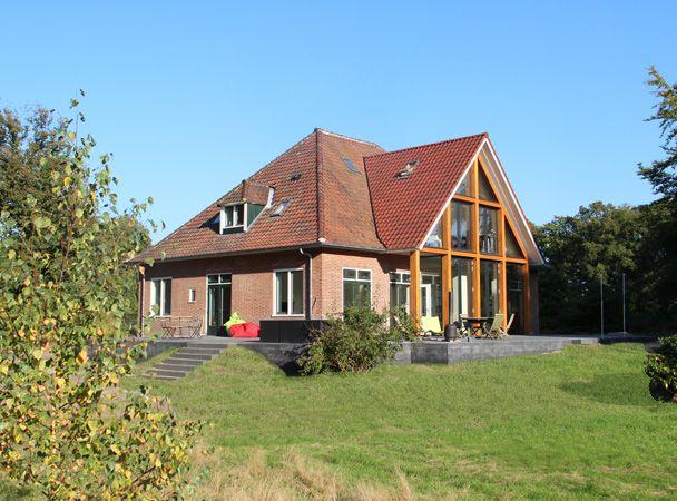 Verbouw koetshuis. Moderne uitbouw. Houten spanten. Duurzaam Ontwerp.  Rebuild coach house. Modern  extension. Wooden trusses. Sustainable design.