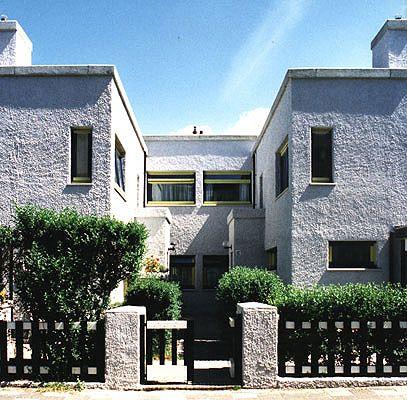 De Papaverhof Den Haag, Het project won de Nationale Schildersprijs en de Europa Nostra Award. De Papaverhof is ontworpen in 1921 door Jan Wils, toenmalig lid van DeStijl. De kleurkeuze is tot stand gekomen na uitvoerig kleurhistorisch onderzoek: archieven, zwart/wit foto's en kranten-artikelen.                                             A