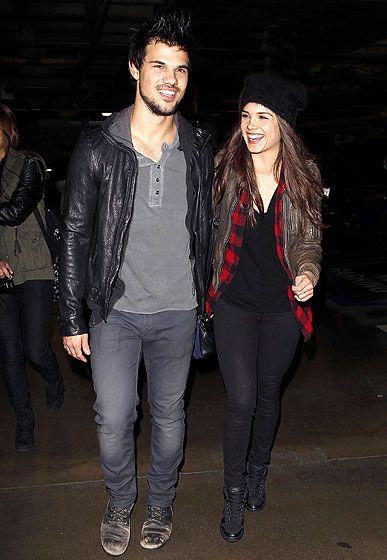 Taylor Lautner junto a su novia Marie Avgeropoulus a su llegada al Staples Center en L.A. este lunes para disfrutar del concierto de Jay Z