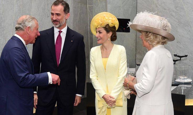 Del 12 de julio hasta el próximo jueves 14, los Reyes de España estarán en Reino Unido, hasta dónde se han desplazado para su visita de Estado. En su primer día en Buckingham, y como podrás ver al minuto en nuestro teletipo, la reina Letizia ha sorprendido con un look monocolor de Felipe Varela y un tocado amarillo de María Nieto.