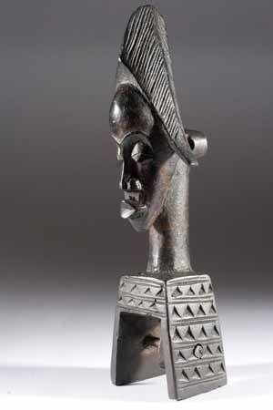 La poulie de métier à tisser montre la finesse de l'art populaire africain