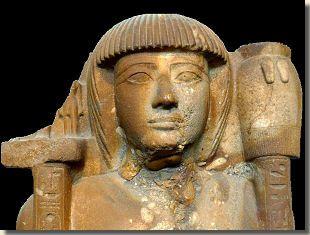 Chaëmwaset, British Museum, Londen. Prins Chaëmwaset was de vierde zoon van farao Ramses II uit de 19de dynastie. Zijn moeder was Asetnofret, één van de koninklijke echtgenotes van Ramses II. Tijdens zijn vroege kinderjaren kreeg Chaëmwaset, net als zijn broers, een opleiding in de krijgskunst. Zo is hij samen met zijn broers te zien bij het presenteren van offers aan de Thebaanse goden na de slag bij Kadesj. Lees het hele artikel op Kemet.nl