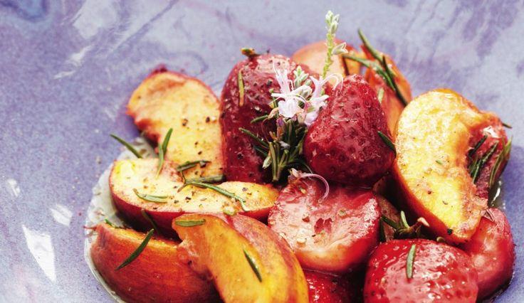 Gebakken perziken met aardbeien en rozemarijn - Pascale Naessens
