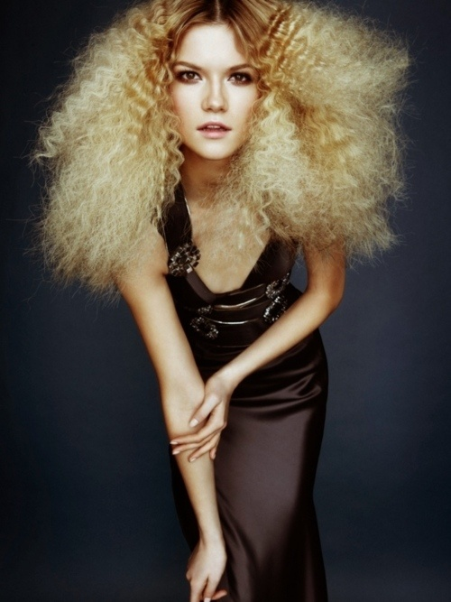 I LOVE how big and slightly crimped her hair is. LOVE!