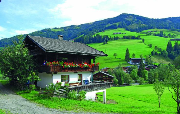 Vakantiehuis - Inneralpbach, Tirol - Oostenrijk. 10-persoons vakantiehuis. De boerderij wordt nog op traditionele wijze gerund en biedt op deze manier een interessante kijk op het agrarische leven in Oostenrijk. Kinderen hebben de mogelijkheid de dieren te aaien en te helpen in de stal. Meer info: /www.novasol.nl/p/ATI108
