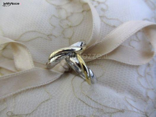 http://www.lemienozze.it/operatori-matrimonio/gioielli/stefano-andolfi/media Anelli nuziali con fasce intrecciate in colori diversi.