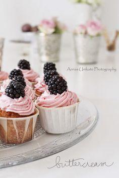 Weiße Schokoladen-Vanille Cupcakes mit rosa Buttercreme-Brombeer-Haube