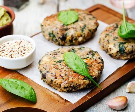I burger di quinoa e melanzane sono uno di quei piatti sfiziosi e appetitosi, ma assolutamente sani: ideali da proporre anche ai bambini!