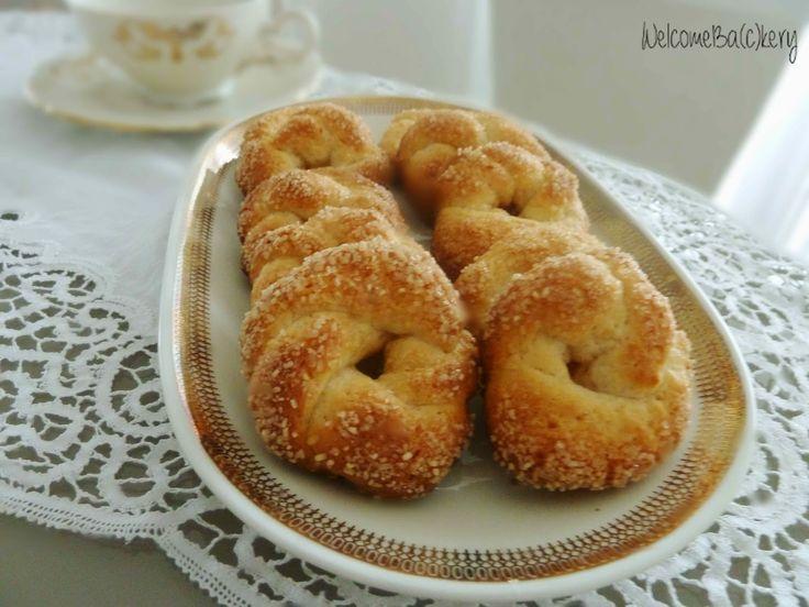 Tempo fa ho assaggiato dei biscotti tipici del centro Italia: delle ciambelline al vino (bianco o rosso), in alcuni casi aromatizzate con f...
