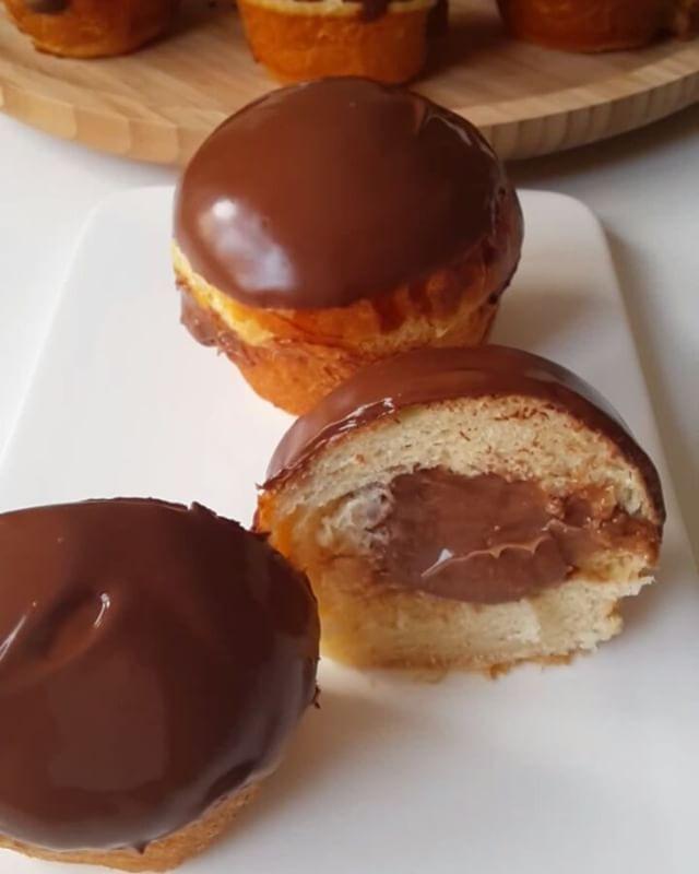 Hayırlı geceler Ama bu çok güzel oldu ya Yumuşacık bir hamur düşünün içinden çikolatalı krema fışkırıyor üzeri de çikolata kaplı Yani alman pastasına çok benziyor hamuru biraz daha farklı schoko brötchendeki tarifi uyguladım. Kremasını da sade yerine çikolatalı tercih ettim Taze taze yemenizi tavsiye ederim. Buzdolabında mayalı hamur olduğundan sertleşebilir. Oda sıcaklığında durursa yumuşaklığını koruyacaktır Çikolatalı alman pastası Hamuru için; 1 su bardağı ılık süt 1 pake...