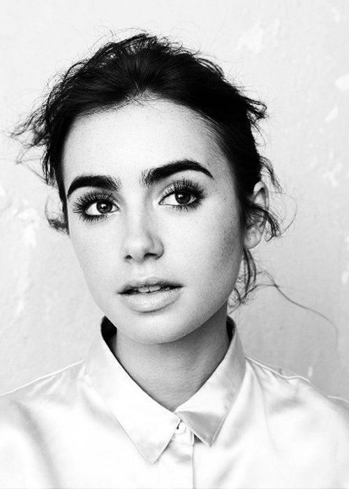 what a beautiful woman. love the thick(er) eyebrows and soft makeup
