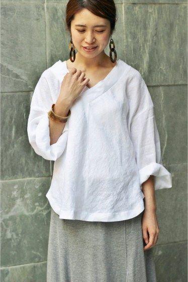 IENA Vネック コクーンブラウス ¥15,120 (税込) 商品番号 16051900602020 本体:麻100% ゆったりリラックス感のあるVネックブラウス。 麻100%のドライでハリのある素材を、製品で洗いカジュアル感を出しています。 今年らしく襟ぐりが大きく開いて、デニムなどカジュアルなものに合わせても、女性らしさを演出できます。 袖幅は大きい筒袖で夏でも涼しく着れるように仕立てました。