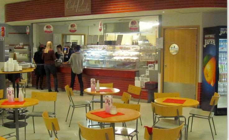 Radiotalon Cafe Piccolo aamuvarhaisella. Erikoisuutena kardemummakahvi. Tuoretta pullaa on joka päivä tarjolla.