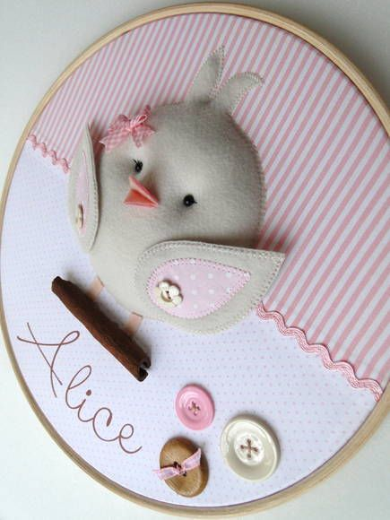 Darling bird in needlepoint frame. Quadro Maternidade Bastidor Passarinho