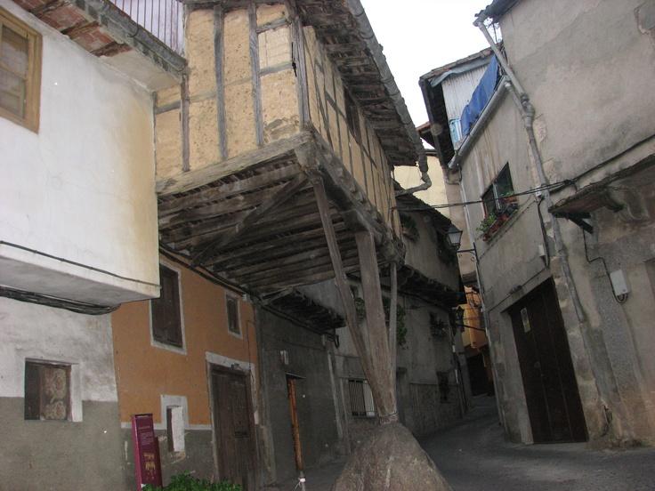 La casa de la Peña, en la calle Piornala, una de las más singulares y bellas del pueblo, muestra de la arquitectura tradicional de estas tierras veratas.