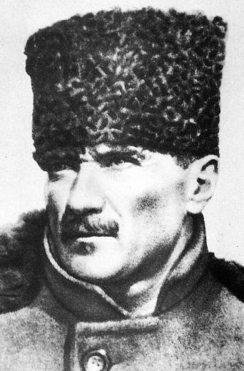 Atatürk röportajını 90 yıl sonra tekrar yayınladılar  Kelime iyi seçilmiş, sakin ve iyice düşünülmüş bir fikir zincirinin sonucu. Yüzünde zayıf,lık, bezginlik, hedefsizlik ve bir şeyleri saklı tuttuğu izi yok. Yüzünde zayıflıkların ve sıradanlığın hakim olduğumu dönemimizde, çok iyi gelen olgunlaşmış, konsantre olmuş bir enerji, gerilmiş bir güç var.