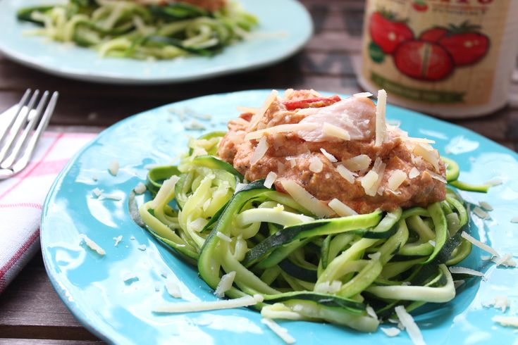 Low Carb Rezepte von Happy Carb: Zucchini-Nudeln (Zudeln) mit Lachs in Tomaten-Ricotta-Creme - Schnell gemacht und schmeckt fast jedem.