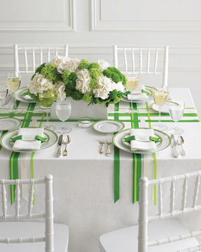 Décoration table mariage vert anis avec rubans en satin - http://mariageenvogue.com/2015/08/15/une-decoration-de-table-vert-anis-et-blanc-rose-argentee/