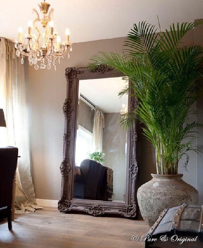 """Oversized spiegel.. i love it! Met een """"simpel"""" item zoals een grote spiegel kan je meer licht creëren in je interieur! Hoe je dat doet? Zet de spiegel op een plek waar hij het licht dat binnen komt kan reflecteren in te ruimte... zo makkelijk zo slim Achtergrond: krijtverf van Pure & Original verkrijgbaar bij 't KleurHuys Sliedrecht - info@kleurhuys.nl"""