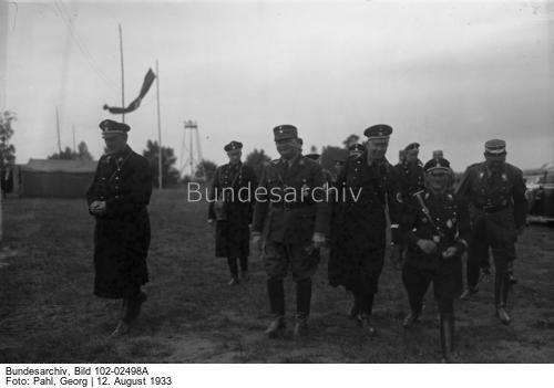 Der große SS-Schutz-Staffel-Appell der Gruppe Ost der N.S.D.A.P. in Berlin [11.-13.8.1933], an welchem 10000 SS-Männer teilnehmen. Die SS-Männer kampieren in Zelten in einem Lager in Döberitz bei Berlin !  Von links nach rechts: Stabsführer der SS. [Kurt] Daluege, Stabschef Hauptmann [Ernst] Röhm, Reichsführer der SS. [Heinrich] Himmler und der Führer der Hitlerstabswache [Sepp] Dietrich.