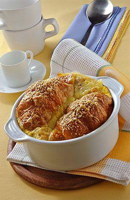 Soufflé di croissant salati ripieni di formaggio e pancetta
