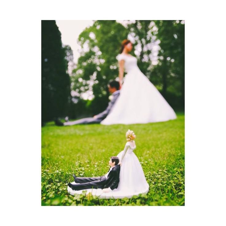 前撮りのおすすめ*ケーキトッパーのお人形と一緒のポーズでウェディングフォトを撮るのが可愛い♡にて紹介している画像