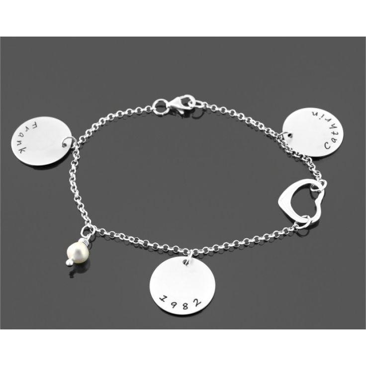 Ein wunderschönes Designer Armband komplett aus 925 Sterling Silber mit 3 Namensanhängern, einem Herz und einer Süßwasserperle. Durch die individuelle Gravur wird dieses stilvolle Armband ist eine wundervolle Geschenkidee zum Jahrestag, Valentinstag, Muttertag, zur Hochzeit oder als Geschenk zur Geburt.