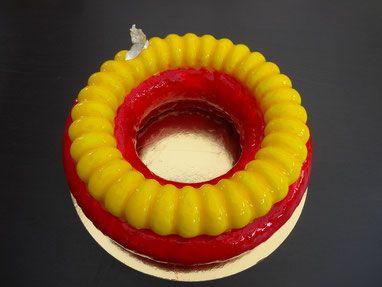 Cake banane,  coulis de fraises,  crème mousseuse à l'amande, mousse exotique mangue -passion. Une recette de Bellouet Conseil.