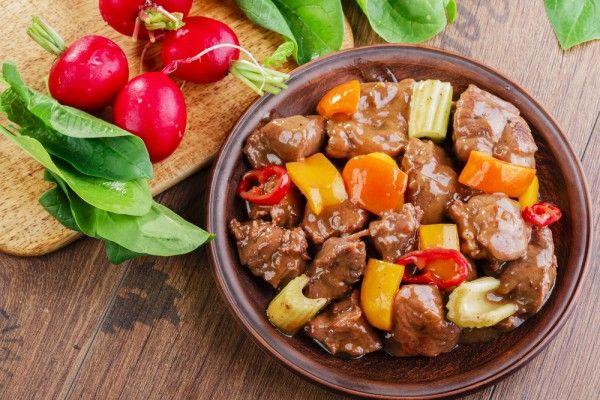 Жаркое из картофеля с говядиной и овощами, ссылка на рецепт - https://recase.org/zharkoe-iz-kartofelya-s-govyadinoj-i-ovoshhami/  #Мясо #блюдо #кухня #пища #рецепты #кулинария #еда #блюда #food #cook