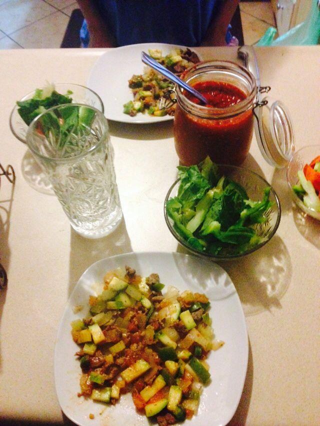 Diet day 2 ! Comida: arrachera en trocitos guisado con vegetales , ensalada verde con morron y apio