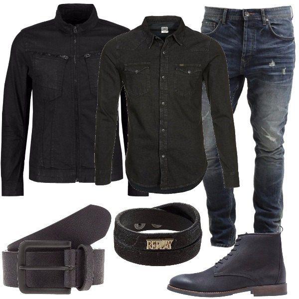 Adatto a chi non cambia stile a seconda delle stagioni. Jeans blu scuri dall'aria vissuta, camicia in cotone, nera, giacca in jeans, nera, cintura nera in fintapelle, stivaletti neri, in pelle e braccialetto in pelle a doppio giro.