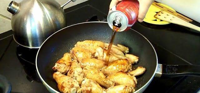 Ella vierte Coca-Cola Sobre Su pollo. Parece una mala idea, hasta que veamos el resultado delicioso. - TuSalud.Info