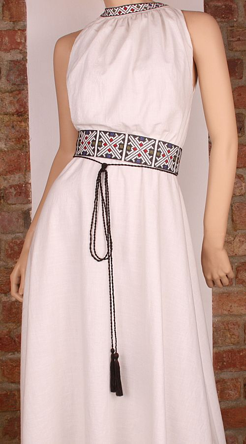 http://costumepopulare.files.wordpress.com/2013/02/rochie-traditionala1.jpg