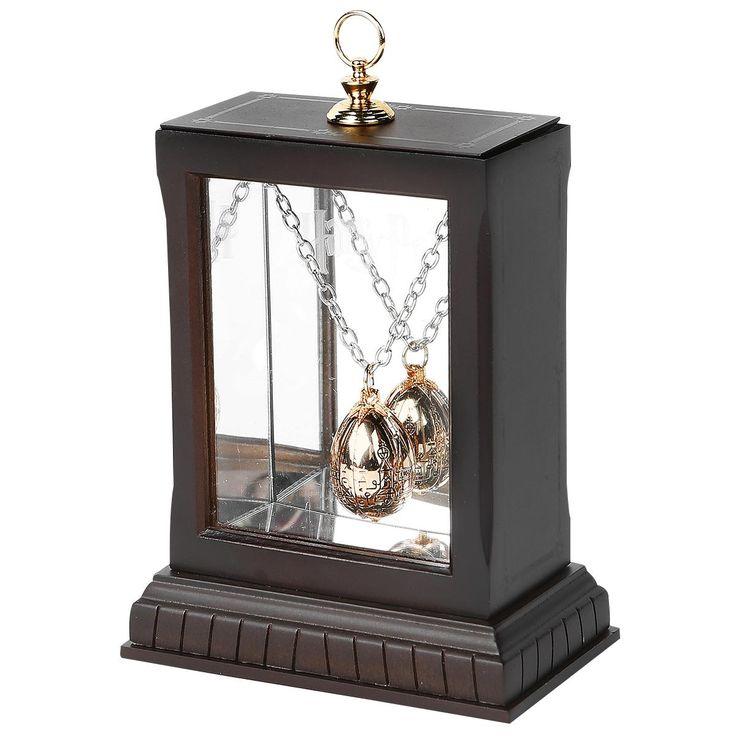 """Collana """"The Golden Egg"""" di #HarryPotter in una splendida confezione da esposizione. Placcato oro 24 carati. Riproduzione con certificato di autenticità. Verrà consegnato in una teca di legno con specchio. Pendente: lu.: 3 cm, l.: 1,9 cm. Collana: lu.: 45 cm."""
