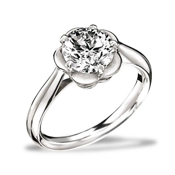 """CHANEL(シャネル)の婚約指輪、カメリア コレクション エンゲージメントリングのご紹介です。マドモアゼル シャネルが最も愛した花であるカメリアをモチーフとした""""カメリア コレクション""""。普遍的なアイコンだからこそ、永遠の愛の象徴となる。カメリアの花を台座に使用したソリテール。スウィートな花びらの中央で、ダイヤモンドが凛とした輝きを放つ。【ゼクシィ】なら、CHANEL(シャネル)のエンゲージメントリングも多数掲載中。"""