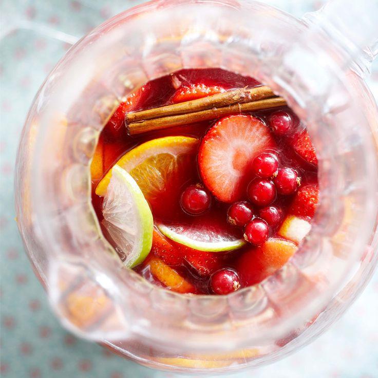 Bij een zomerse barbecue horen ook zomerse drankjes. En welk drankje straalt nu meer zomer uit dan sangria? (Hele recept: http://www.emte.nl/recepten-inspiratie-tips/recepten/recept/sangria.htm)