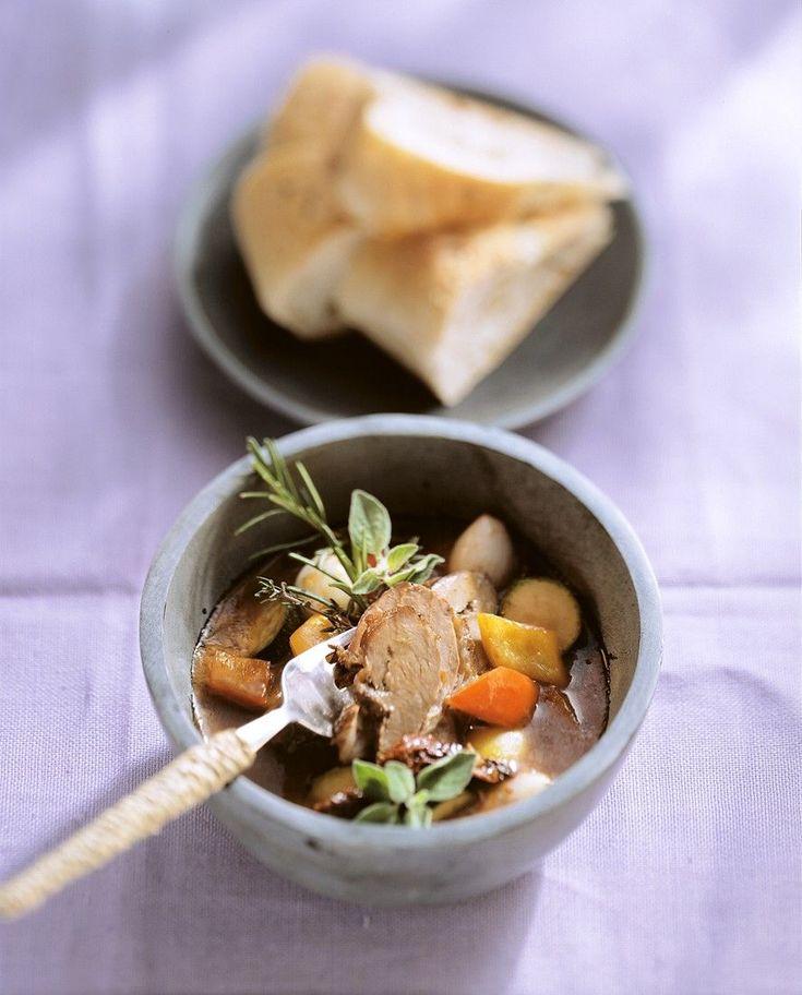 Bereiden:Kruid de lamsbout aan binnen- en buitenkant met zout en peper en bestrijk met mosterd. Rol de bout samen en bind vast met keukentouw. Laat het vlees aan alle kanten braden in hete olie. Voeg wortels, selder, uien, kruiden en knoflook toe en bruineer lichtjes. Roer de tomatenpuree erbij, blus met rode wijn en vul aan met bouillon. Laat ca. 1,5 uur afgedekt op een klein vuur stoven tot alles mals is.