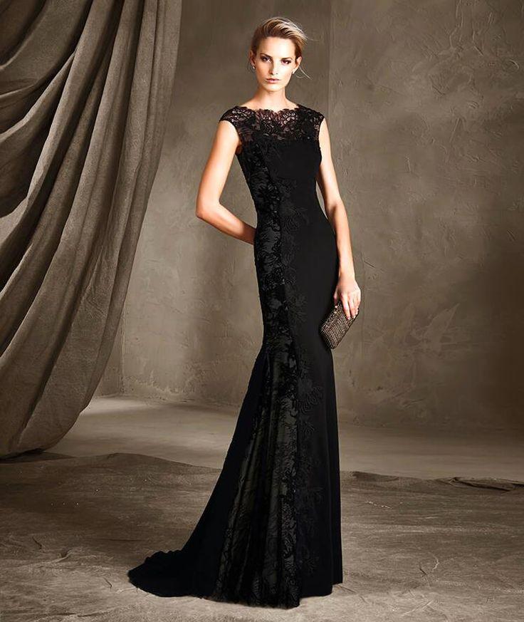 Yeni sezon örgü elbise modelleri içerisinde yer alan diğer grup ise gece davetlerinde kullanılabilecek tarzdaki ürünler. Bu elbiselerde genel olarak mini boy görüyoruz ve birçok modelde ya göğüs dekoltesi ya da sırt dekoltesi kullanılıyor.