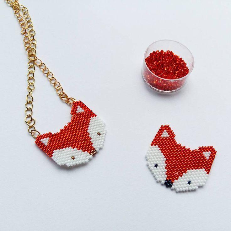 «Voici la famille renard : un collier pour Louise et une broche pour moi. Réalisé en tissage peyote mais je préfère le brick stitch et vous? @fifijolipois…»
