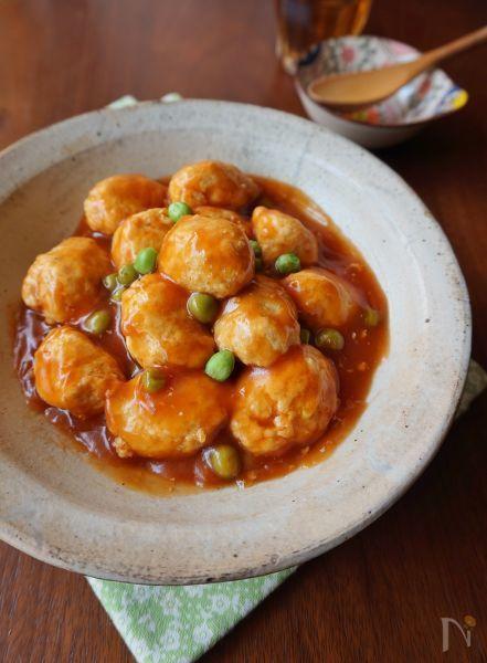 ふわふわ鶏団子の甘酢あんかけ by 楠みどり / 豆腐入りのふわふわの鶏団子に、ケチャップベースの甘酢あんを絡めました。柔らかい鶏団子と甘酸っぱいあんは子どもに人気のおかずです。お弁当にもおすすめです。 / Nadia