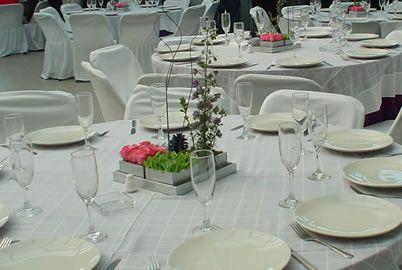 Centro de mesa tipo mosaico con pi as de pino y bases for Centros de mesa con pinas
