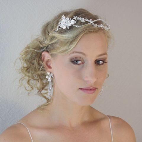 Un diadème de mariage ou tiare de mariage pour une coiffure de mariée Vintage ODAZZ orné d'un motif floral en cristal