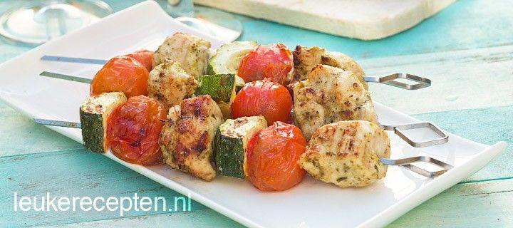 Lekkere en makkelijke bbq spies met kip in pesto marinade, stukjes courgette en cherrytomaatjes