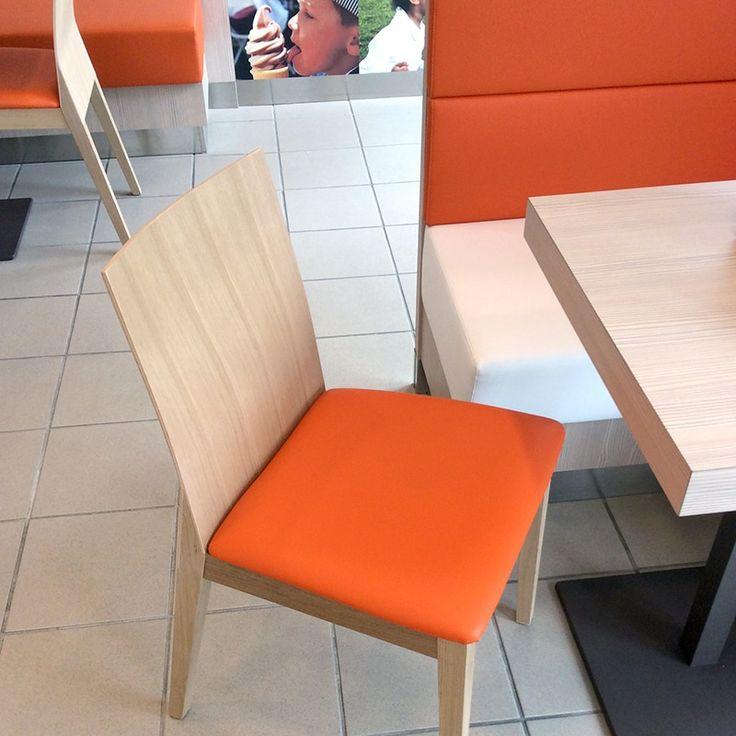 La sedia Twig (interno), semplice ma elegante, presenta una sofisticata curvatura dello schienale in legno di faggio naturale che la caratterizza e le dà quel gusto di design italiano unico al mondo. Il sedile imbottito riprende il colore arancione della base delle panche e delle pareti del locale.